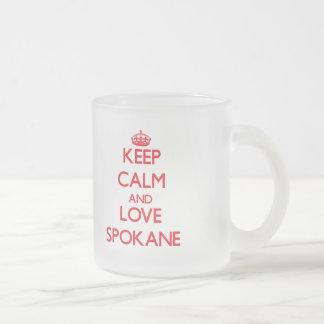 Guarde la calma y ame Spokane Taza