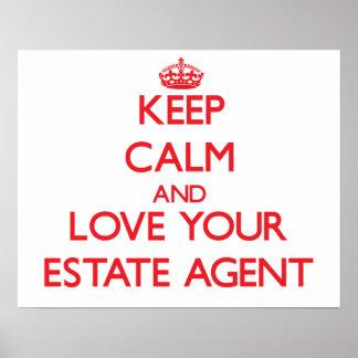 Guarde la calma y ame su agente de la propiedad póster