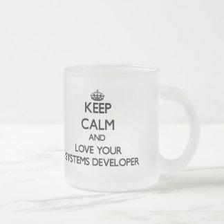 Guarde la calma y ame su desarrollador de los sist taza de café