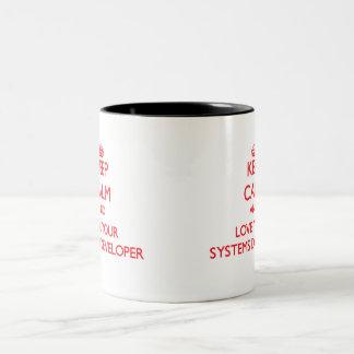 Guarde la calma y ame su desarrollador de los taza dos tonos