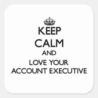 Guarde la calma y ame su ejecutivo de cuenta pegatina cuadrada