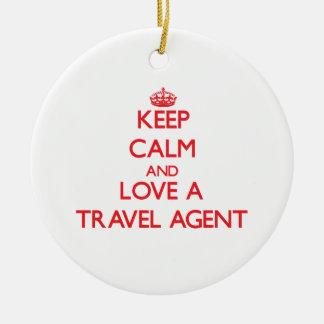 Guarde la calma y ame un agente de viajes adorno redondo de cerámica