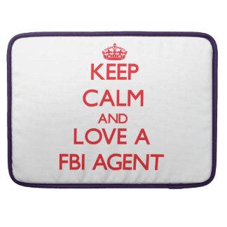 Guarde la calma y ame un agente del FBI Fundas Para Macbooks