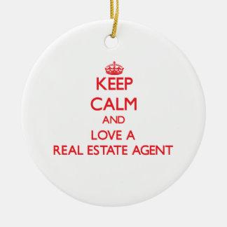 Guarde la calma y ame un agente inmobiliario adorno redondo de cerámica