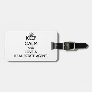 Guarde la calma y ame un agente inmobiliario etiquetas de maletas