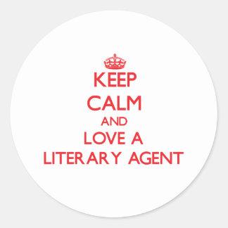 Guarde la calma y ame un agente literario pegatina redonda