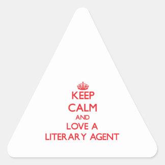 Guarde la calma y ame un agente literario pegatina triangular