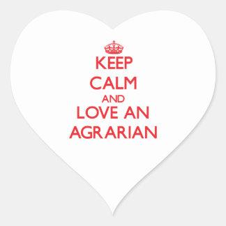 Guarde la calma y ame un agrario pegatina en forma de corazón