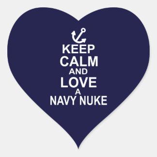 Guarde la calma y ame un arma nuclear de la marina pegatina en forma de corazón