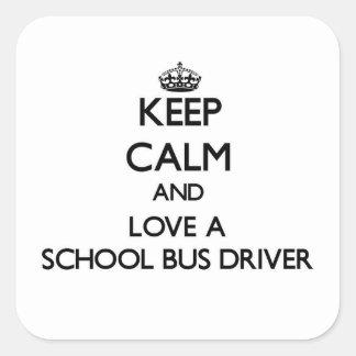 Guarde la calma y ame un conductor del autobús calcomanías cuadradass
