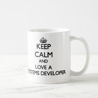 Guarde la calma y ame un desarrollador de los sist taza