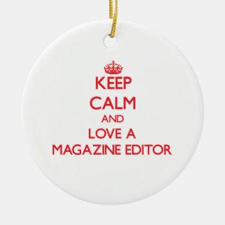 Guarde la calma y ame un editor de revista adorno navideño redondo de cerámica