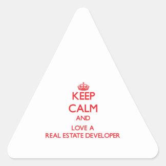 Guarde la calma y ame un promotor inmobiliario calcomanías trianguloes