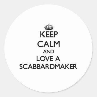 Guarde la calma y ame un Scabbardmaker Etiquetas Redondas
