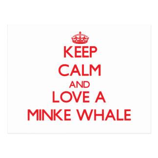Guarde la calma y ame una ballena pequeña tarjeta postal
