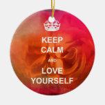 Guarde la calma y ámese ornamento para arbol de navidad