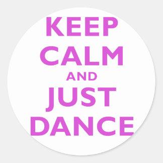 Guarde la calma y apenas baile pegatina redonda