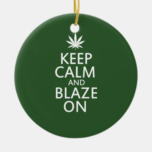 Guarde la calma y árdase encendido adorno navideño redondo de cerámica