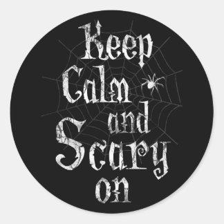 Guarde la calma y asustadizo en favor de fiesta pegatina redonda