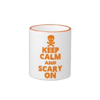 Guarde la calma y asustadizo en las tazas de café