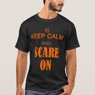 Guarde la calma y asuste encendido con la momia playera