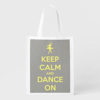 Guarde la calma y baile en amarillo en el gris bolsas reutilizables