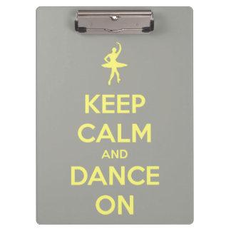 Guarde la calma y baile en amarillo en el gris per
