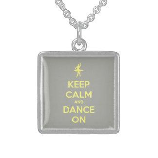 Guarde la calma y baile en amarillo en gris colgante cuadrado