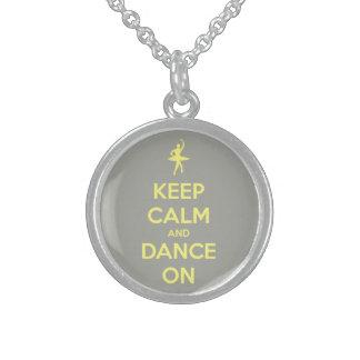 Guarde la calma y baile en amarillo en gris collar de plata esterlina