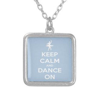 Guarde la calma y baile en azul claro colgante cuadrado
