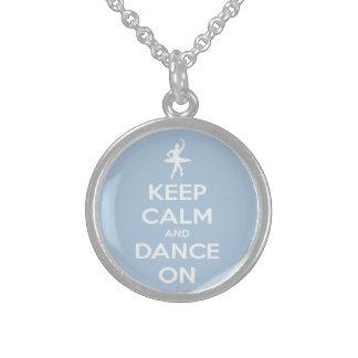 Guarde la calma y baile en azul claro collar de plata esterlina