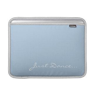 Guarde la calma y baile en azul claro fundas MacBook