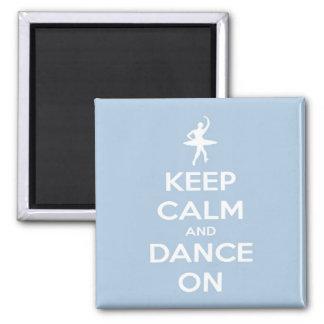 Guarde la calma y baile en azul claro imán cuadrado