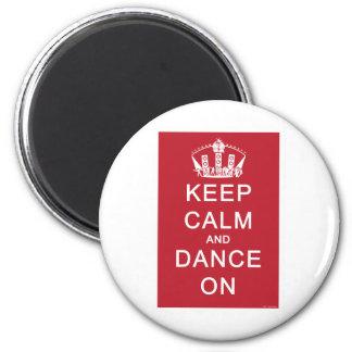 Guarde la calma y baile en (el rojo) imán para frigorífico