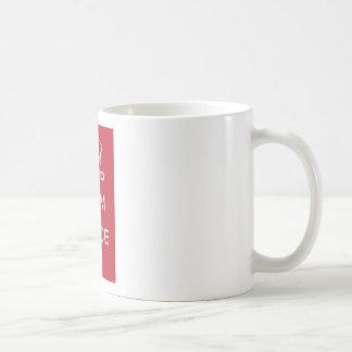 Guarde la calma y baile en (el rojo) taza básica blanca