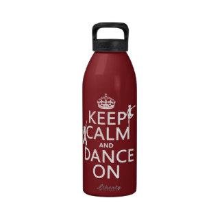 Guarde la calma y baile en en todos los colores botella de agua