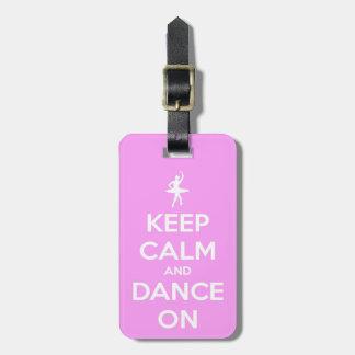 Guarde la calma y baile en etiqueta rosada del etiqueta de maleta