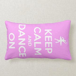 Guarde la calma y baile en la almohada rosada del