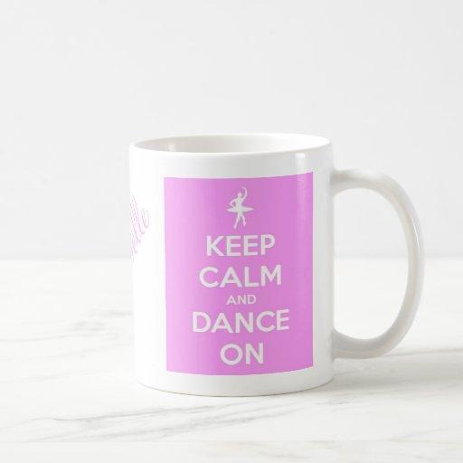 Guarde la calma y baile en la taza clásica rosada