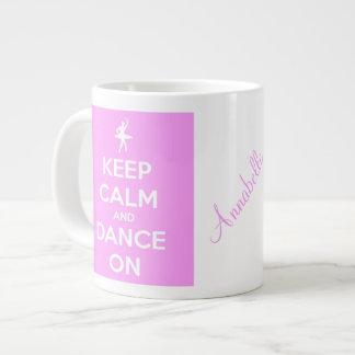 Guarde la calma y baile en la taza enorme rosada taza grande