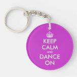 Guarde la calma y baile en llaveros