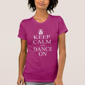 Guarde la calma y baile en los zapatos de la baila camiseta