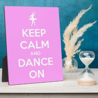Guarde la calma y baile en placa rosada