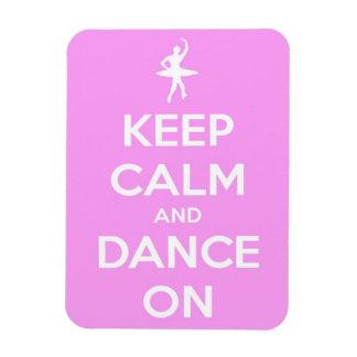 Guarde la calma y baile en rectángulo rosado y iman de vinilo