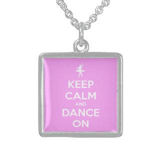 Guarde la calma y baile en rosa colgante cuadrado