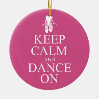 Guarde la calma y baile en rosa de los zapatos de adorno navideño redondo de cerámica