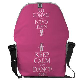 Guarde la calma y baile en rosa de los zapatos de bolsas messenger