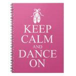 Guarde la calma y baile en rosa de los zapatos de  libretas