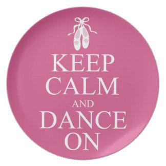 Guarde la calma y baile en rosa de los zapatos de  platos para fiestas