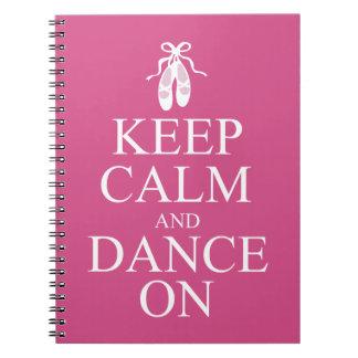 Guarde la calma y baile en rosa de los zapatos de spiral notebook